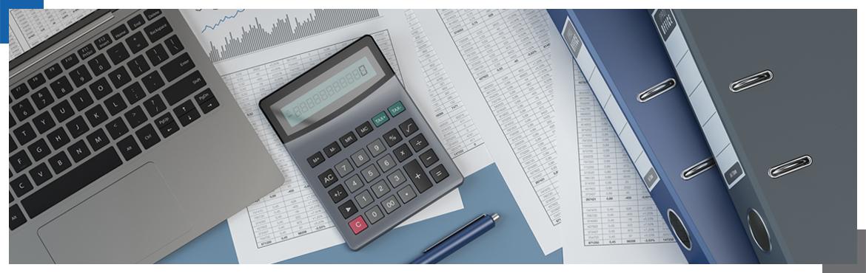 Kalkulator, laptop, segregatory na biurku